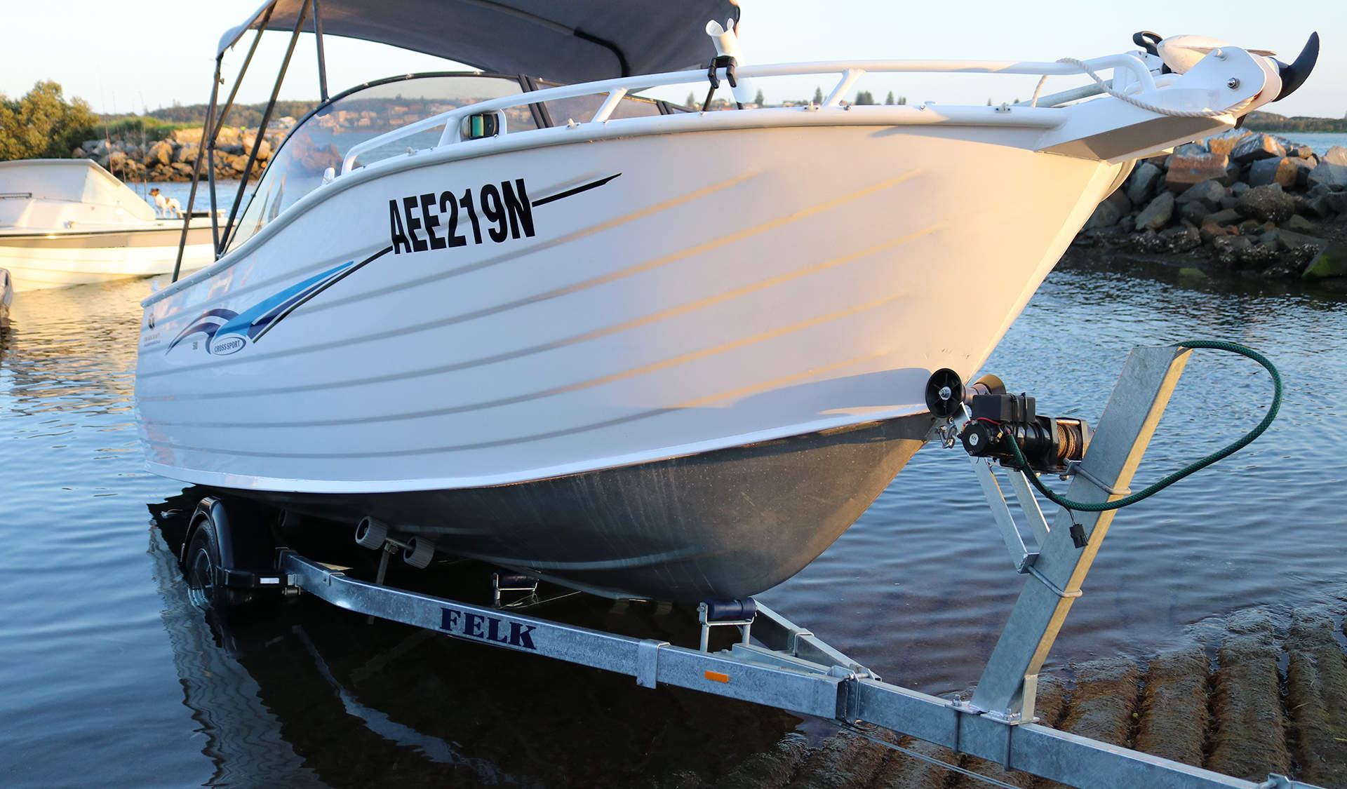 speed boat lowered into Lake Macquarie water using a felk trailer